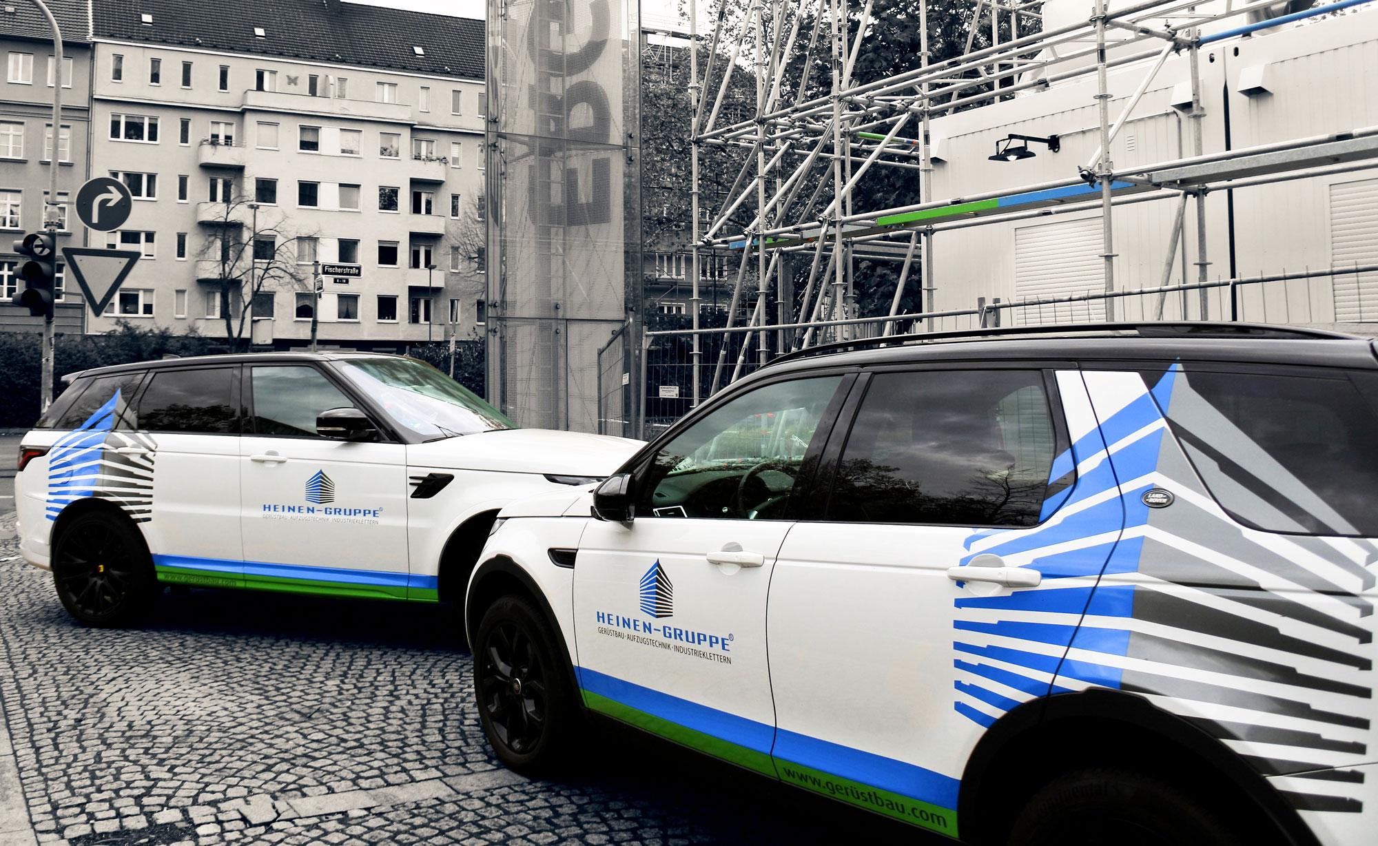 Heinen Gruppe Gerüstbau Firmenautos stehen vor Gerüst an dem Platz vor ERGO-Versicherung in Düsseldorf